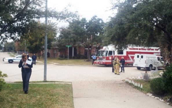 Xe cứu hỏa và cảnh sát tập trung trước nhà của Nghị Viên Hoàng Duy Hùng. (Hình: Al Hoàng cung cấp)