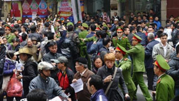 AFP photoCông an Hà Nội ngăn cản người dân biểu tình chống Trung Quốc hôm 9/12/2012.