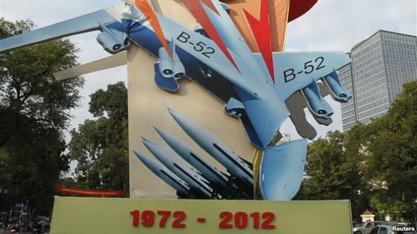 Hà Nội treo đầy những áp phích hình các chiến đấu cơ Mỹ nổ tung trên không để đánh dấu 40 năm chiến dịch oanh tạc Bắc Việt.