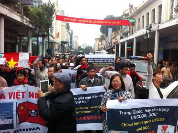 Biểu tình chống TQ xâm lược biển đảo của VN tại Hà Nội ngày 9/12/2012.