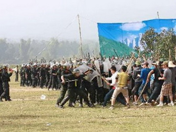 """Hơn 3,000 người gồm cả quân đội và cảnh sát cơ động đã được điều động """"Diễn tập trấn áp giải tán đám đông tụ tập trái phép"""" ở tỉnh Ðiện Biên ngày 20 tháng 10, 2012. (Hình: TTXVN)"""