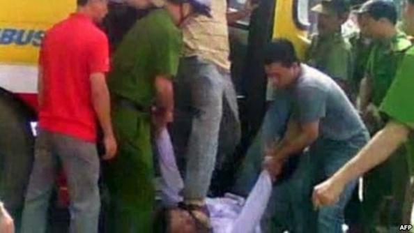 Bức ảnh trích từ video viên đại úy công an Minh đạp giày vào mặt anh Nguyễn Chí Đức, ngày 17/7/2011