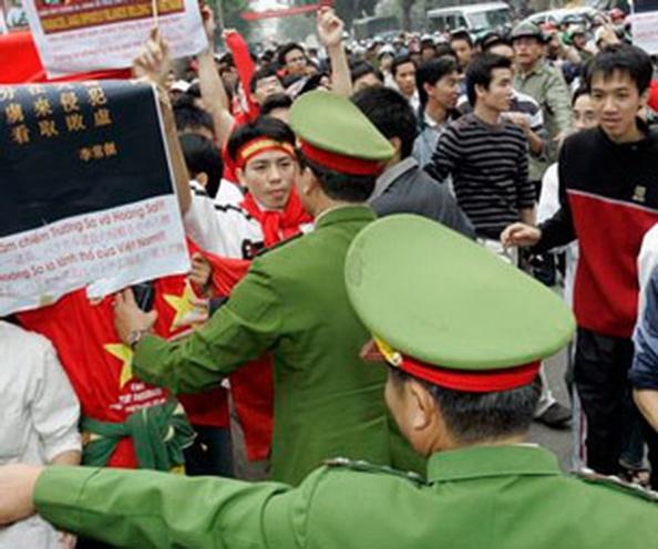AFPCông an Hà Nội ngăn cản người dân biểu tình chống Trung Quốc.