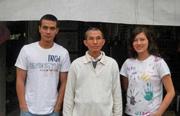 RFA fileGia đình Huỳnh Thục Vy: từ trái anh Huỳnh Trọng Hiếu, ông Huỳnh Ngọc Tuấn và blogger Huỳnh Thục Vy
