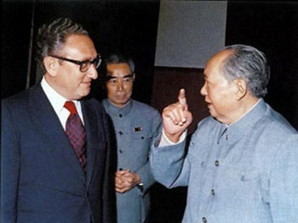 Ảnh tư liệuHiệp Định Paris 1973 được thỏa hiệp tại Bắc Kinh, chứ không phải tại Paris. Từ trái: Cố Vấn An Ninh Quốc Gia Henry Kissinger, Thủ Tướng Chu Ân Lai, và Chủ Tịch Mao Trạch Đông, Bắc Kinh, 1972.