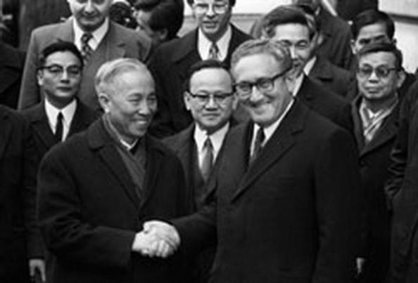 Lê Đức Thọ và Henri Kissinger tại cuộc hòa đàm Paris.