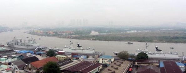 Toàn cảnh 3 chiếc tàu chiến của TQ cập cảng Sài Gòn. Đây là những loại tàu chiến có trang bị hỏa tiễn, với số lượng thủy thủ đoàn lên đến 800 người