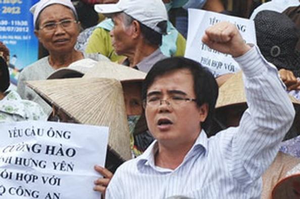 AFP - Luật Sư Lê Quốc Quân tại một cuộc biểu tình ở Hà Nội hồi Tháng Bảy. Ông là một luật sư nhân quyền nổi tiếng ở Việt Nam và thường bị công an sách nhiễu nhằm ngăn chặn hoạt động của ông.