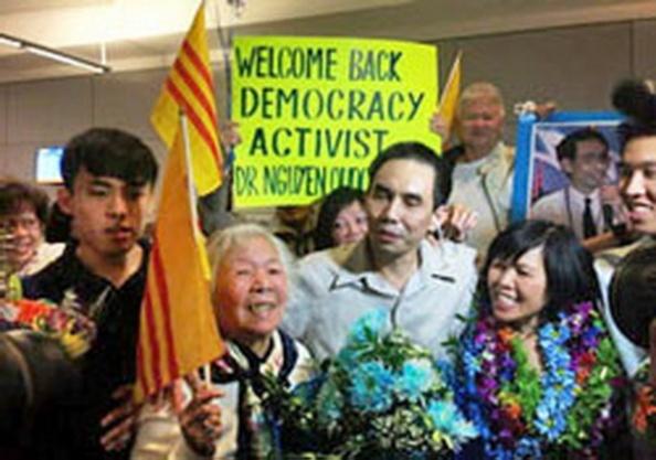 TS Nguyễn Quốc Quân (giữa) được chào đón tại sân bay quốc tế Los Angeles ở California vào ngày 30 tháng 01 năm 2013. AFP photo