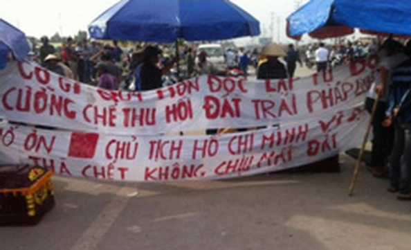 Dân giăng biểu ngữ chặn đường - vozforum photo