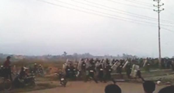 Cảnh sát chống bạo động bung ra phản công - RFA screen capture