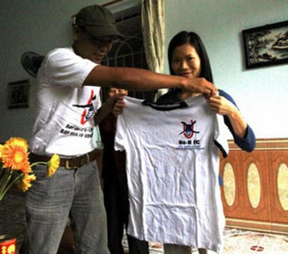 Cô Phạm Thanh Nghiên với áo thun No-U FC, ảnh chụp tháng 10 năm 2012. Photo courtesy of FB Nguyễn Lân Thắng