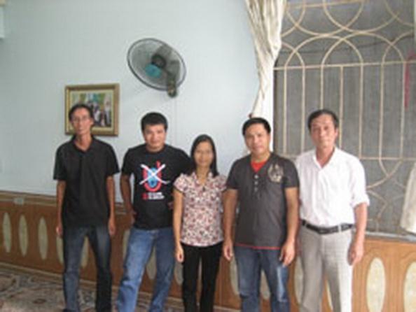 Cô Phạm Thanh Nghiên và những người bạn, ảnh chụp tháng 10 năm 2012. Courtesy Blog Nguyễn Tường Thụy.
