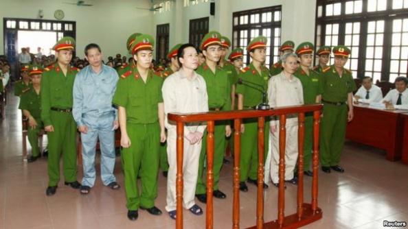 Ông Ðoàn Văn Vươn (thứ nhì từ trái) và anh trai Đoàn Văn Sinh (thứ tư từ bên trái) ra tòa tại Hải Phòng, ngày 2/4/2013.